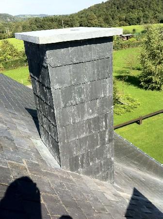 Ardoisage d'une cheminée et pose d'une dalle en pierre
